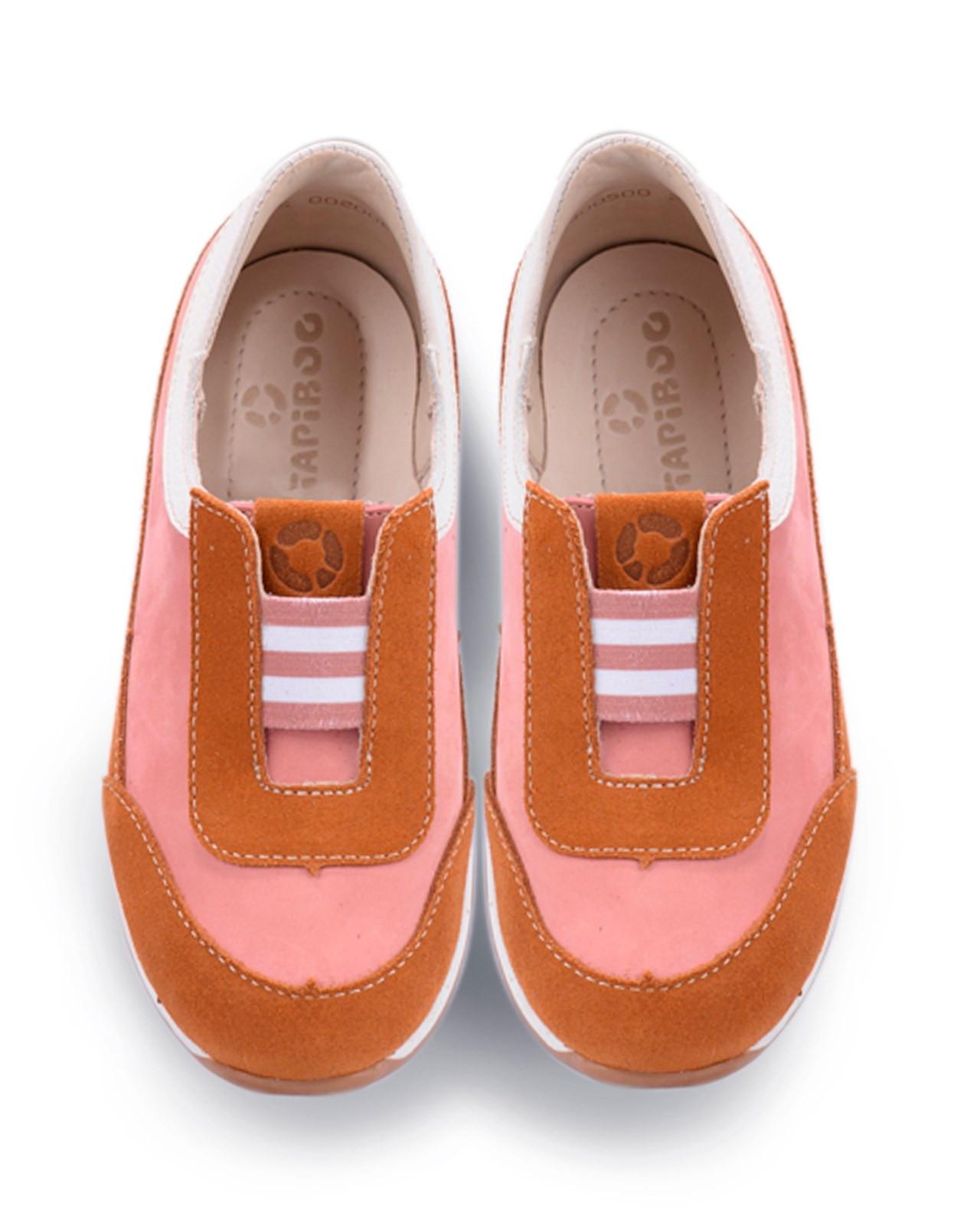 Полуботинки Детские, Tapiboo Карамель (43616, Ботинки<br>Полуботинки из коллекции «СПОРТ». Несмотря <br>на ярко-выраженный спортивный дизайн обладают <br>всеми необходимыми свойствами профилактической <br>обуви. Каблук продлен с внутренней стороны <br>до середины стопы, чтобы исключить вращение <br>(заваливание) стопы вовнутрь (вальгусная <br>деформация). Многослойная, анатомическая <br>стелька со сводоподдерживающим элементом <br>для правильного формирования стопы. Благодаря <br>использованию современных внутренних материалов <br>позволяет оптимально распределить нагрузку <br>по всей площади стопы и свести к минимуму <br>ее ударную составляющую. Жесткий фиксирующий <br>задник надежно стабилизирует голеностопный <br>сустав во время ходьбы. Упругая, эластичная <br>подошва, позволяет повторить естественное <br>движение стопы при ходьбе для правильного <br>распределения нагрузки на опорно-двигательный <br>аппарат ребенка. Подкладка из кожи теленка <br>обладает мягкостью и природной способностью <br>пропускать воздух для создания оптимального <br>температурного режима (нога не потеет) и <br>предотвращает натирание. Удобная, эластичная <br>резинка позволяет ле<br>Размер INT: M; Цвет: Красный; Ширина: 100; Высота: 200; Вес: 1000;