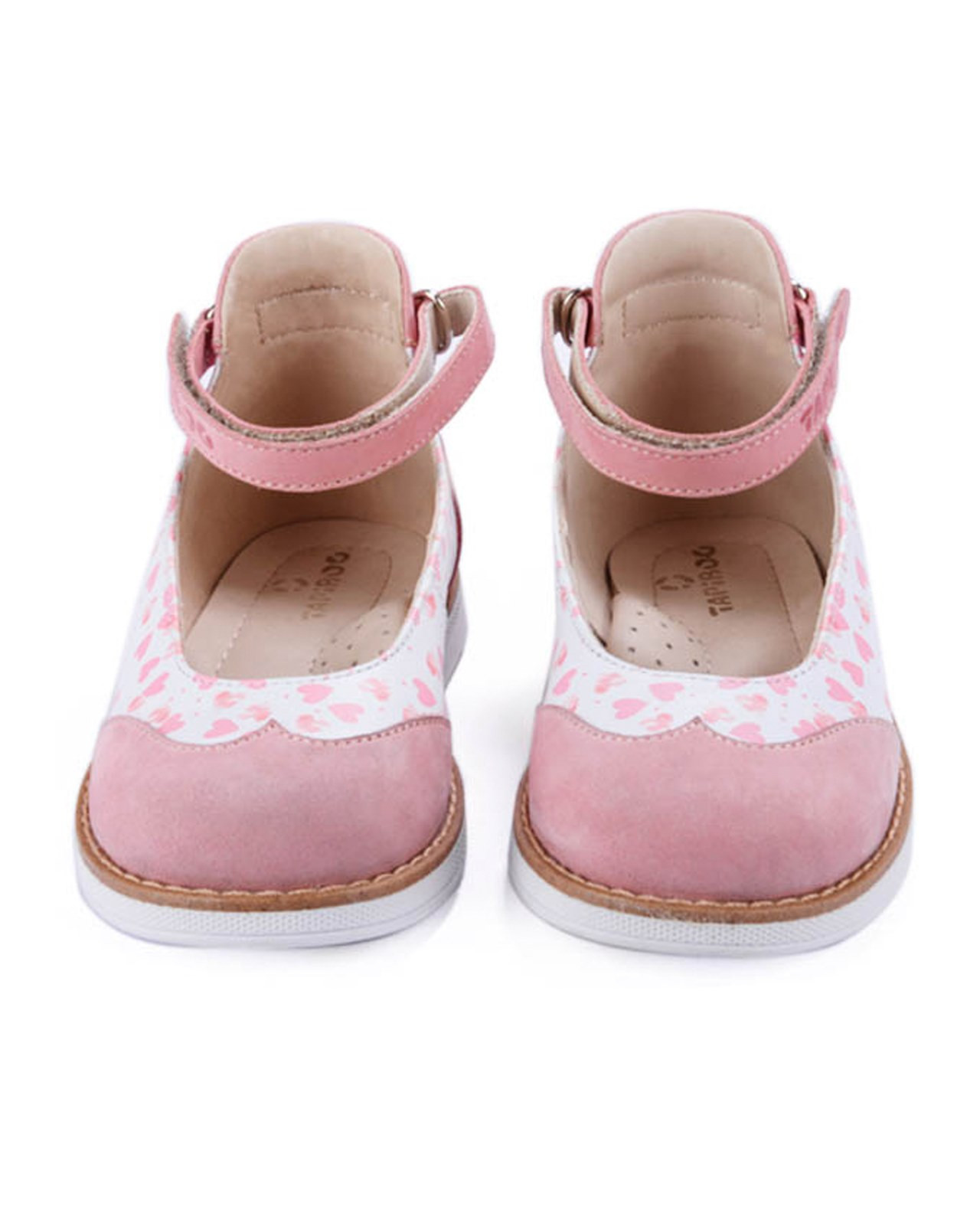 Туфли Детские, Tapiboo Мэри Джейн (38909, 25 )Туфли<br>Яркая и элегантная модель для девочек с <br>оригинальными принтами. Широкий, устойчивый <br>каблук, специальной конфигурации «каблук <br>Томаса». Каблук продлен с внутренней стороны <br>до середины стопы, чтобы исключить вращение <br>(заваливание) стопы вовнутрь (пронационный <br>компонент деформации, так называемая косолапость, <br>или вальгусная деформация). Многослойная, <br>анатомическая стелька со сводоподдерживающим <br>элементом для правильного формирования <br>стопы. Благодаря использованию современных <br>внутренних материалов позволяет оптимально <br>распределить нагрузку по всей площади стопы <br>и свести к минимуму ее ударную составляющую. <br>Жесткий фиксирующий задник с удлиненным <br>«крылом» надежно стабилизирует голеностопный <br>сустав во время ходьбы, препятствуя развитию <br>патологических изменений стопы. Упругая, <br>умеренно-эластичная подошва, имеющая перекат <br>позволяющий повторить естественное движение <br>стопы при ходьбе для правильного распределения <br>нагрузки на опорно-двигательный аппарат <br>ребенка. Подкладка из кожи теленка обладает <br>повышенной износостойкост<br>Размер INT: M; Цвет: Красный; Ширина: 100; Высота: 200; Вес: 1000;