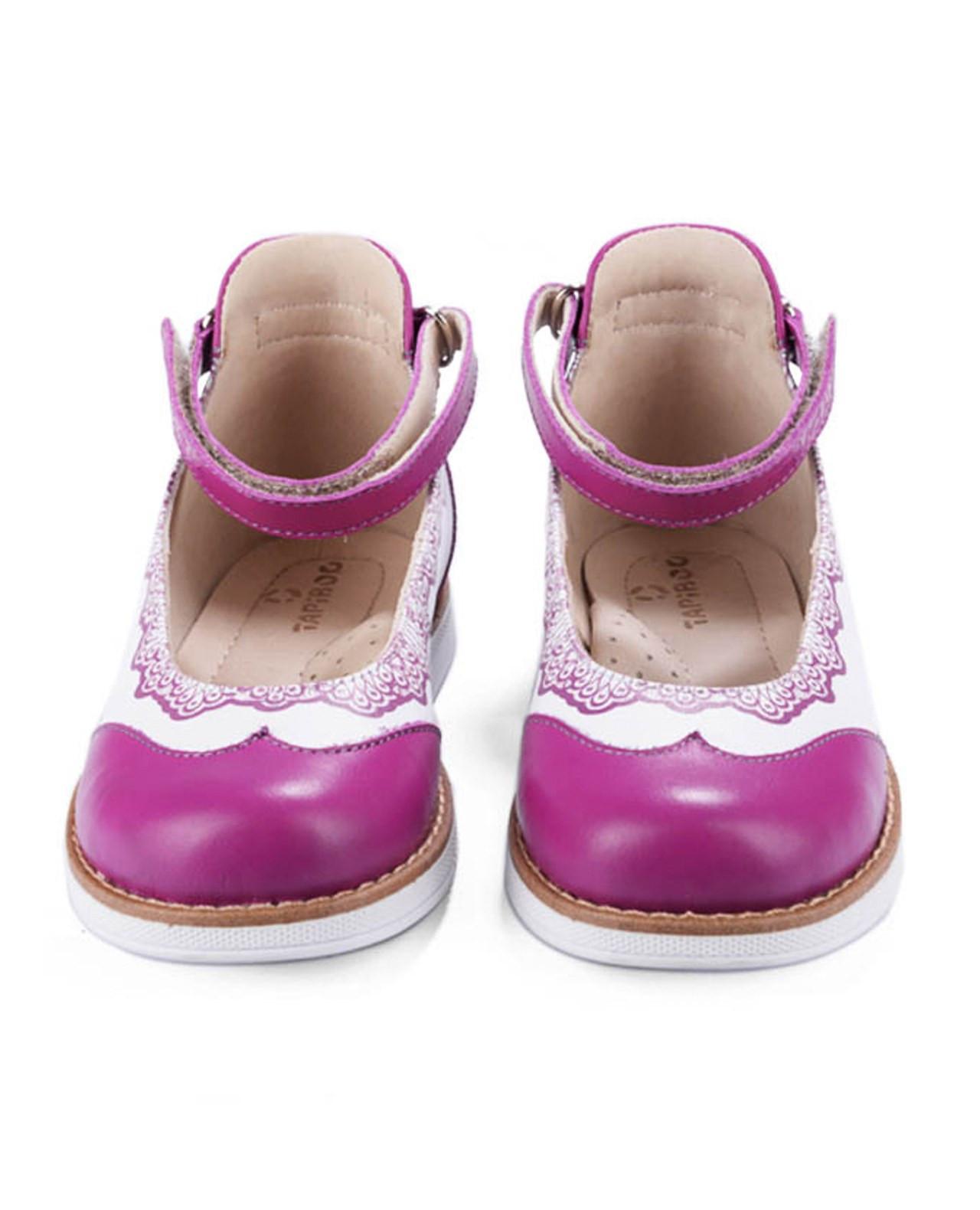 Туфли Детские, Tapiboo Мэри Джейн (38906, 30 )Туфли<br>Яркая и элегантная модель для девочек с <br>оригинальными принтами. Широкий, устойчивый <br>каблук, специальной конфигурации «каблук <br>Томаса». Каблук продлен с внутренней стороны <br>до середины стопы, чтобы исключить вращение <br>(заваливание) стопы вовнутрь (пронационный <br>компонент деформации, так называемая косолапость, <br>или вальгусная деформация). Многослойная, <br>анатомическая стелька со сводоподдерживающим <br>элементом для правильного формирования <br>стопы. Благодаря использованию современных <br>внутренних материалов позволяет оптимально <br>распределить нагрузку по всей площади стопы <br>и свести к минимуму ее ударную составляющую. <br>Жесткий фиксирующий задник с удлиненным <br>«крылом» надежно стабилизирует голеностопный <br>сустав во время ходьбы, препятствуя развитию <br>патологических изменений стопы. Упругая, <br>умеренно-эластичная подошва, имеющая перекат <br>позволяющий повторить естественное движение <br>стопы при ходьбе для правильного распределения <br>нагрузки на опорно-двигательный аппарат <br>ребенка. Подкладка из кожи теленка обладает <br>повышенной износостойкост<br>Размер INT: M; Цвет: Красный; Ширина: 100; Высота: 200; Вес: 1000;